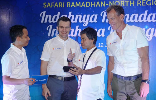 GM Finance & Management Services XL Axiata North Region – Mozes Haryanto Baottong, Chief Sales Officer (CSO) XL Axiata- Kirill Mankovski,  Vice President (VP) XL Axiata North Region - Handono Warih, Chief Commercial Officer (CCO) XL Axiata- Allan Bonke berfoto bersama di sela acara buka puasa bersama XL Axiata North Region