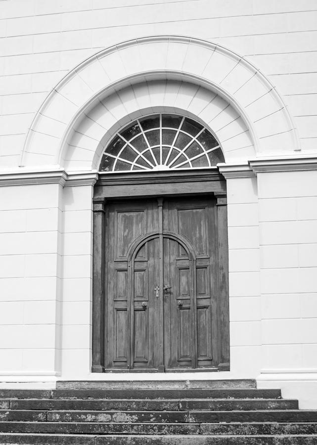Blog + Fotografie by it's me! | fim.works | SchwarzWeissBlick No 20 | klassizistische Kirche von Schinkel | mittleres Portal