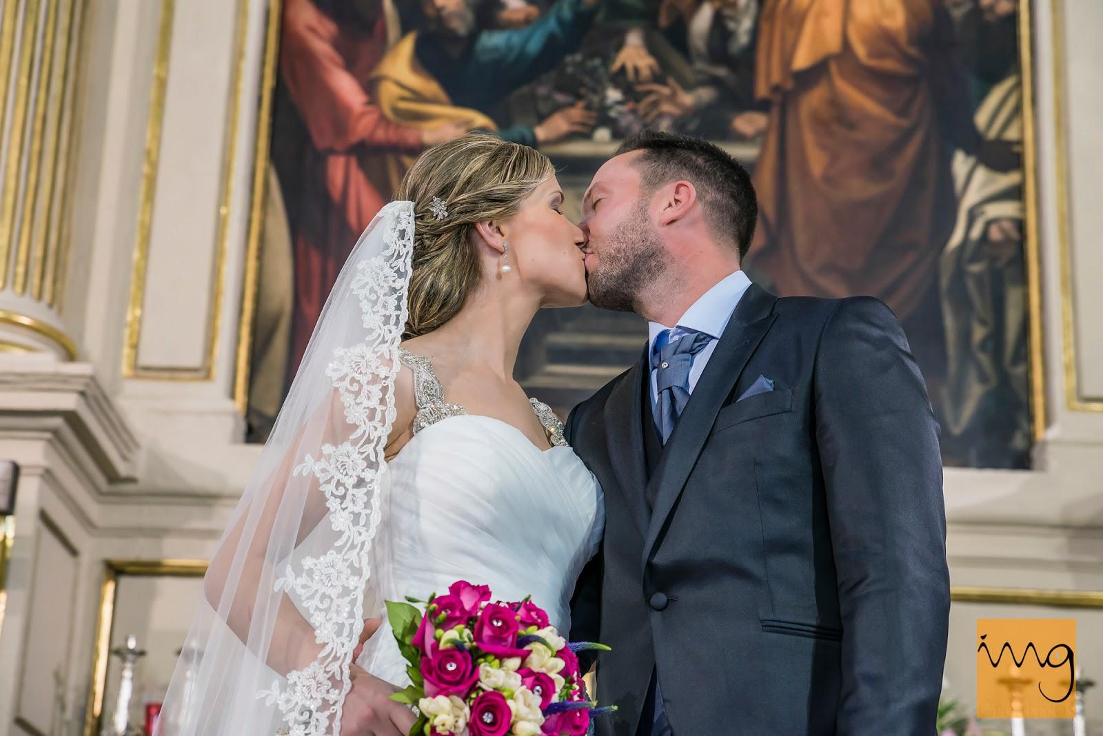 Fotografía del beso de los novios en la Iglesia