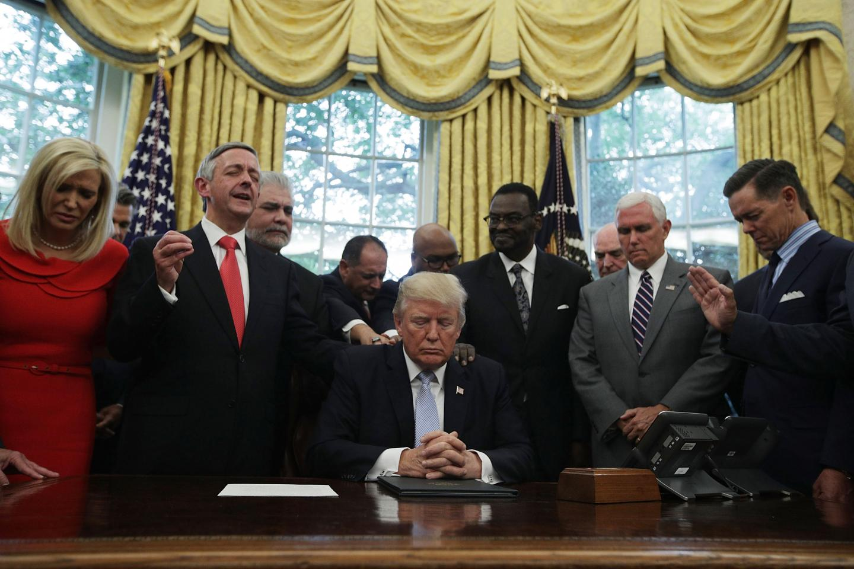 Ralph Drollinger ora com sua esposa, Donald Trump e o gabinete presidencial