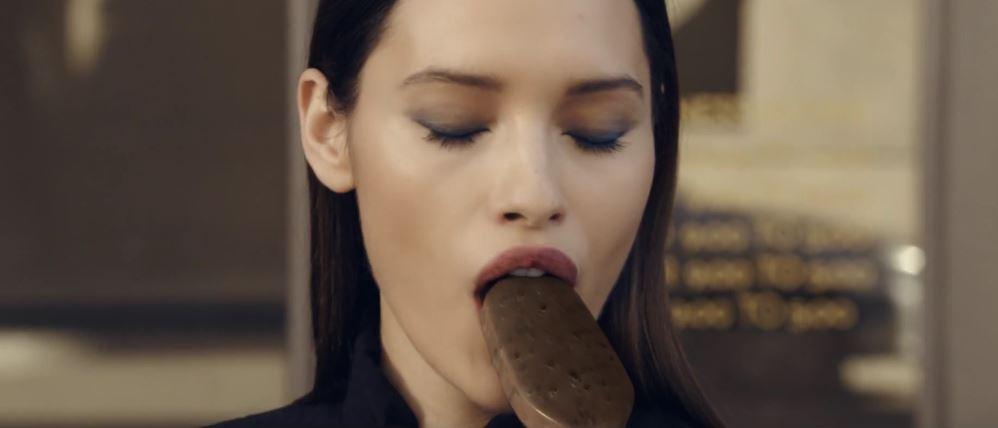 Modella Algida pubblicità Magnum Double Cookies and Cream con Foto - Aprile 2017