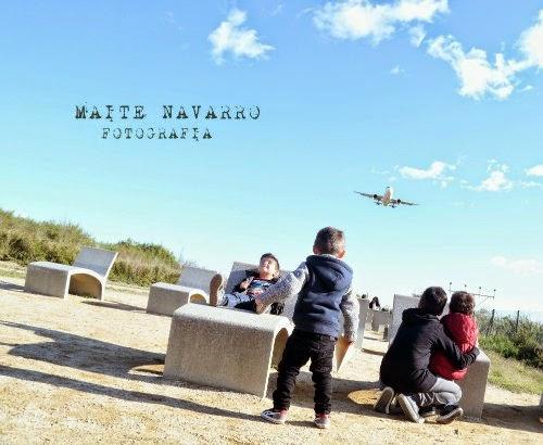 Avión aproximándose y niños en las tumbonas