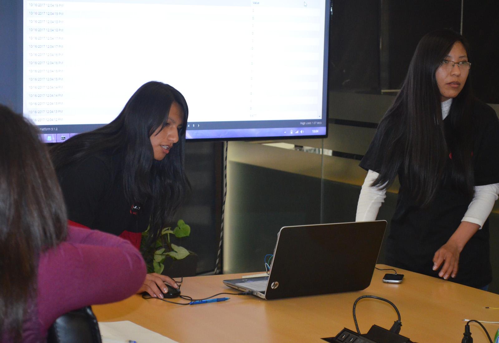 Ivonne Jackeline Pacohuanca Cruz y Gimena Blanco Alconz se adjudicaron el primer lugar del hackaton