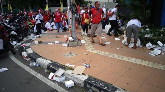 Kampanye 01 Usai, Petugas GBK Kewalahan Bersihkan Sampah