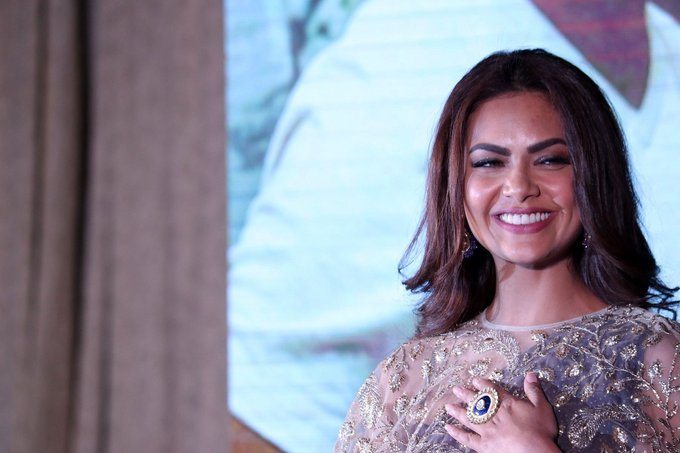 Beautiful Mumbai Actress Esha Gupta Smiling Close Up Face Photos