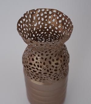 DIY-Basteltipp für eine dekorative Vase durch das Upcycling einer PET-Flasche von Ars Vera.