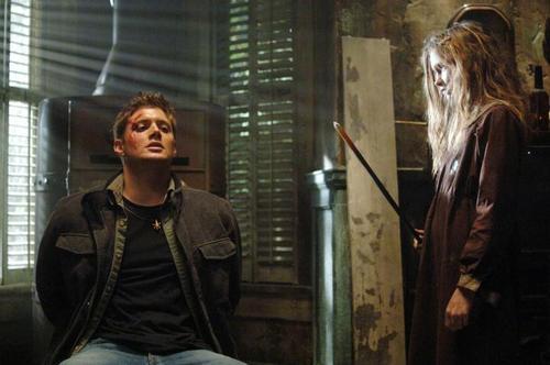 """Jensen Ackles et Alexia Fast dans l'épisode """"Les Chasseurs"""" (1-15) de la série Supernatural, créée par Eric Kripke (2005-)"""