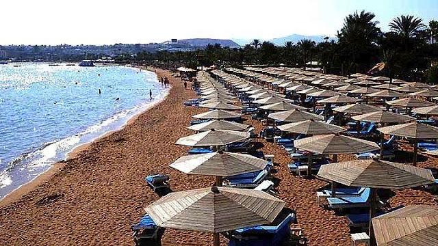 Τι λέει ο νόμος για τις παραλίας - Τι ισχύει για ξαπλώστρες, ομπρέλες, καντίνες, μουσική