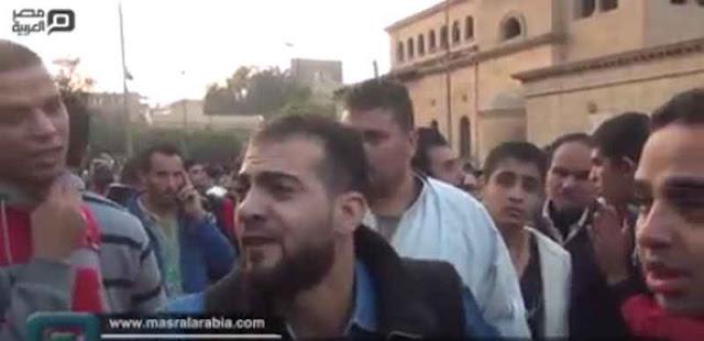 شاهد : أحد المحتجين أمام الكاتدرائية: اللي مش قد حكم البلد يسيبها