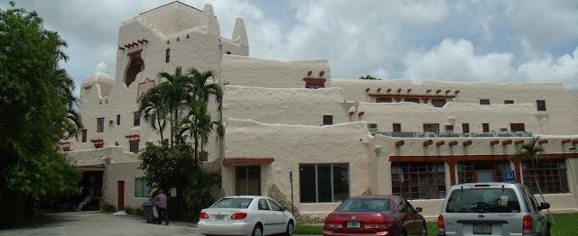 Edificios estilo Pueblo Revival en Miami Springs