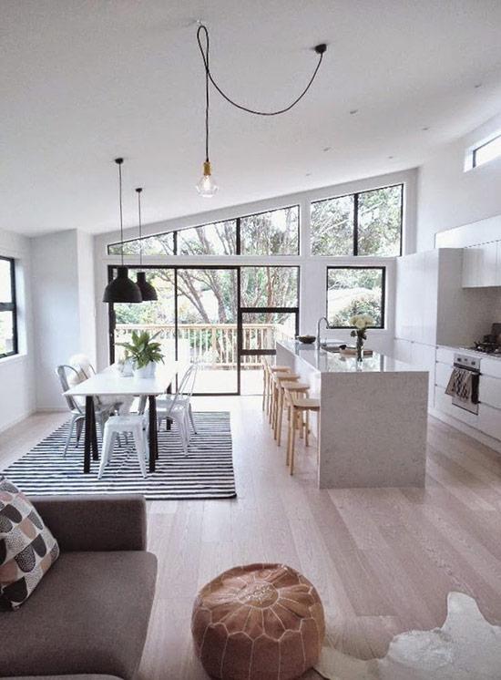 Không gian mở với màu trắng và rất sáng nhờ cửa kính, thiết kế với tone màu đen và trắng cùng vài món đồ gỗ màu sáng.