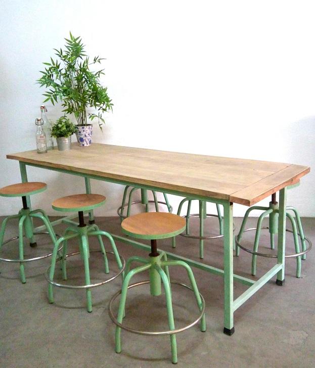 Mesa industrial con taburetes antigua. mesas metal y madera. Tiendas de decoración vintage en valencia