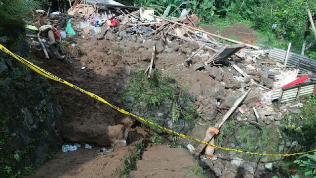 Akibat Diguyur Hujan Lebat 1 Keluarga Tertimbun Tanah Longsor