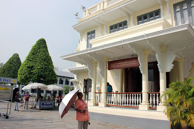 Immobile vesti stracciate Grand Palace a Bangkok