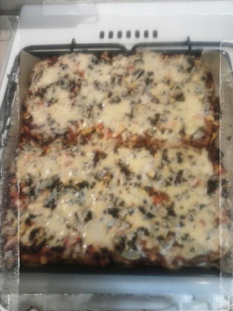 domowa pizza z salami pieczarkami mozzarella kukurydza papryka serem