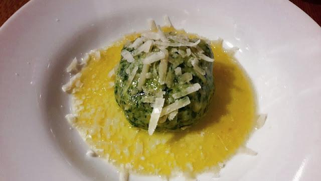 Spinatknödel mit Parmesan und Buttersoße