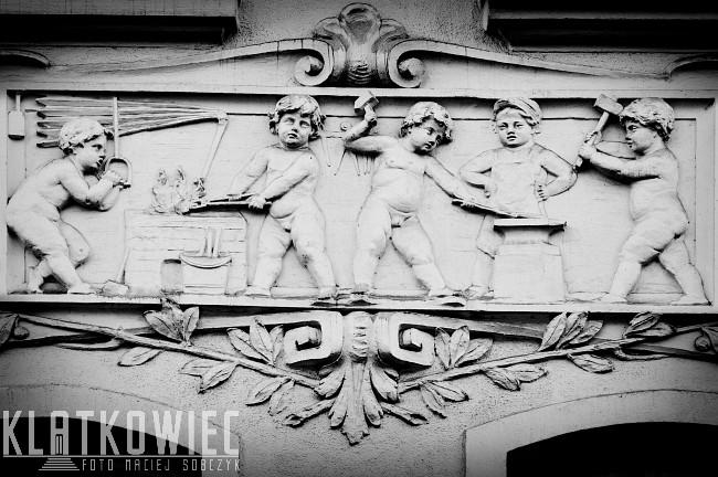 Poznań. Kamienica. Detal architektoniczny. Putta. Kult pracy.