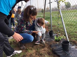 Niños plantando árboles Golf Aranjuez