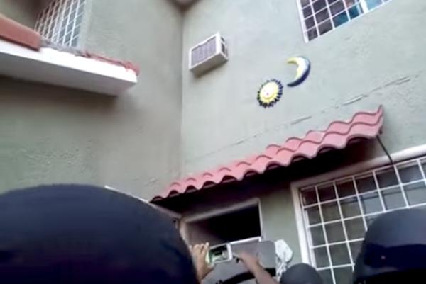 Arrojan agua hirviendo a policías durante desalojo