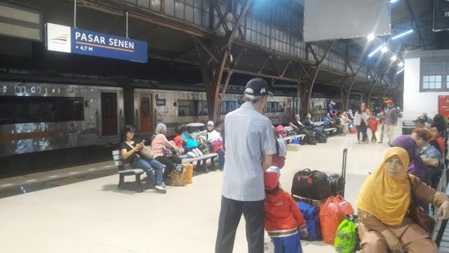 Peron Stasiun Pasarsenen