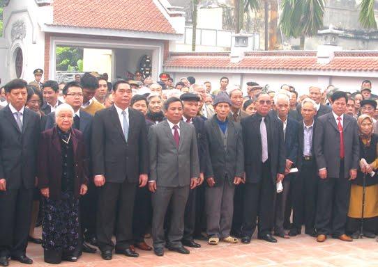 Đại diện lãnh đạo Trung ương, địa phương cùng gia đình, người thân chụp ảnh lưu niệm sau lễ dâng hương tưởng niệm đồng chí Lê Văn Lương