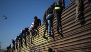 المكسيك تطرد المهاجرين الذين فروا إلى حدود الولايات المتحدة