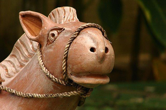 Estátua de um cavalo no pátio interno da UNICAP, Recife-PE ilustra este post sobre o Shijing, o Livro das Canções.