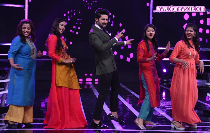 Host Ravi Dubey celebrating Women's Special on Sabse Smart Kaun