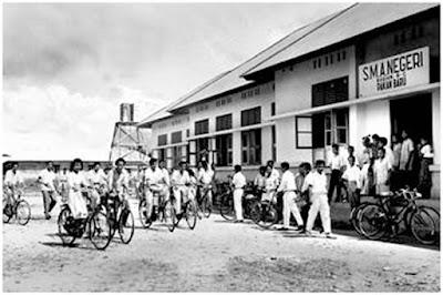 """Sejarah Kota Pekanbaru           Nama Pekanbaru dahulunya dikenal dengan nama """"Senapelan"""" yang saat itu dipimpin oleh seorang Kepala Suku disebut Batin. Daerah ini terus berkembang menjadi kawasan pemukiman baru dan seiring waktu berubah menjadi Dusun Payung Sekaki yang terletak di muara Sungai Siak. Pada tanggal 9 April tahun 1689, telah diperbaharui sebuah perjanjian antara Kerajaan Johor dengan Belanda (VOC) dimana dalam perjanjian tersebut Belanda diberi hak yang lebih luas. Diantaranya pembebasan cukai dan monopoli terhadap beberapa jenis barang dagangan. Selain itu Belanda juga mendirikan Loji di Petapahan yang saat itu merupakan kawasan yang maju dan cukup penting. Karena kapal Belanda tidak dapat masuk ke Petapahan, maka Senapelan menjadi tempat perhentian kapal-kapal Belanda, selanjutnya pelayaran ke Petapahan dilanjutkan dengan perahu-perahu kecil. Dengan kondisi ini, Payung Sekaki atau Senapelan menjadi tempat penumpukan berbagai komoditi perdagangan baik dari luar untuk diangkut ke pedalaman, maupun dari pedalaman untuk dibawa keluar berupa bahan tambang seperti timah, emas, barang kerajinan kayu dan hasil hutan lainnya. Terus berkembang, Payung Sekaki atau Senapelan memegang peranan penting dalam lalu lintas perdagangan. Letak Senapelan yang strategis dan kondisi Sungai Siak yang tenang dan dalam membuat perkampungan ini memegang posisi silang baik"""