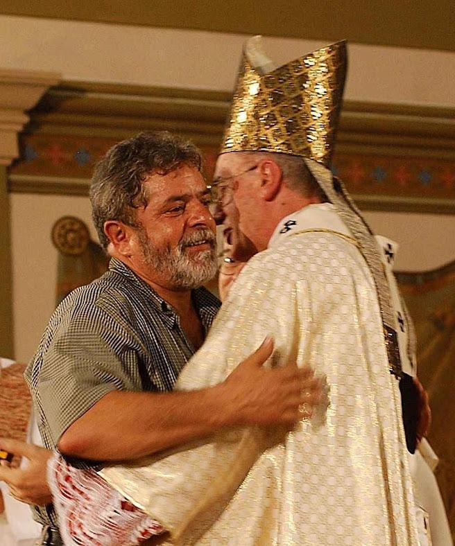 Após queda do PT, o Sínodo Pan-Amazônico abre nova via para o comuno-progressismo. D.Cláudio Hummes abraça Lula na missa do Dia do Trabalho 2003. Hoje, é o articulador do Sínodo anarco-tribalista. Foto: Ana Nascimento-ABr