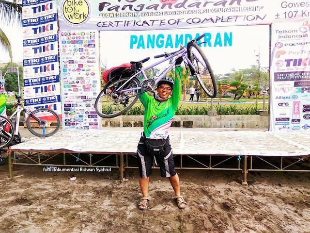 Selfie di Certificate of Completion Tour de Pangandaran. Foto : dok. Ridwan Syahrul.