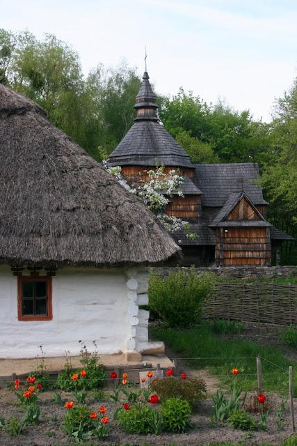 хата и деревянная церковь