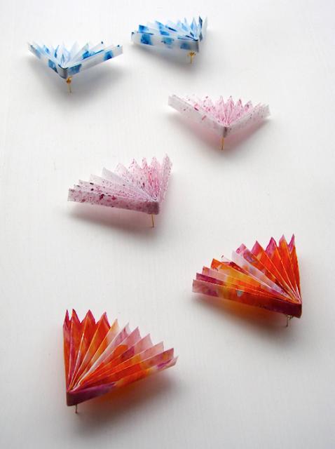 Orecchini di carta dipinti a mano, gioielli contemporanei di Alessandra Fabre Repetto