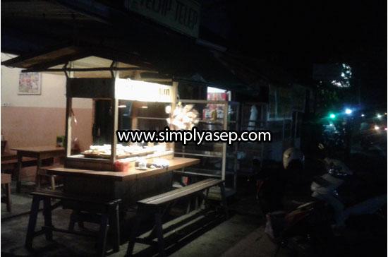 INGGIR JALAN : Letak kedai Angkringan Urai Bawadi ini dipinggir jalan dan buka pada malam hari. Foto Asep Haryono