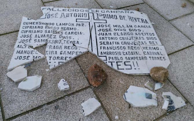 Revientan una placa que homenajeaba a los caídos franquistas en un pueblo de A Coruña.