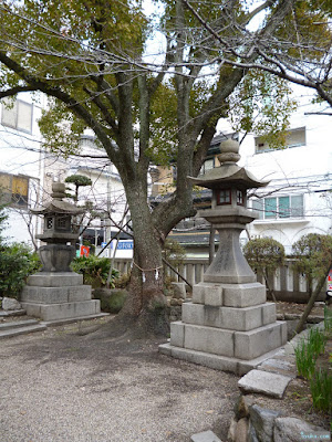 御霊神社の神木と灯篭