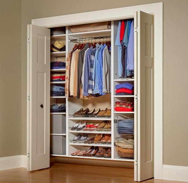 Desain lemari minimalis modern dengan pembatas ruang untuk ruangan kecil