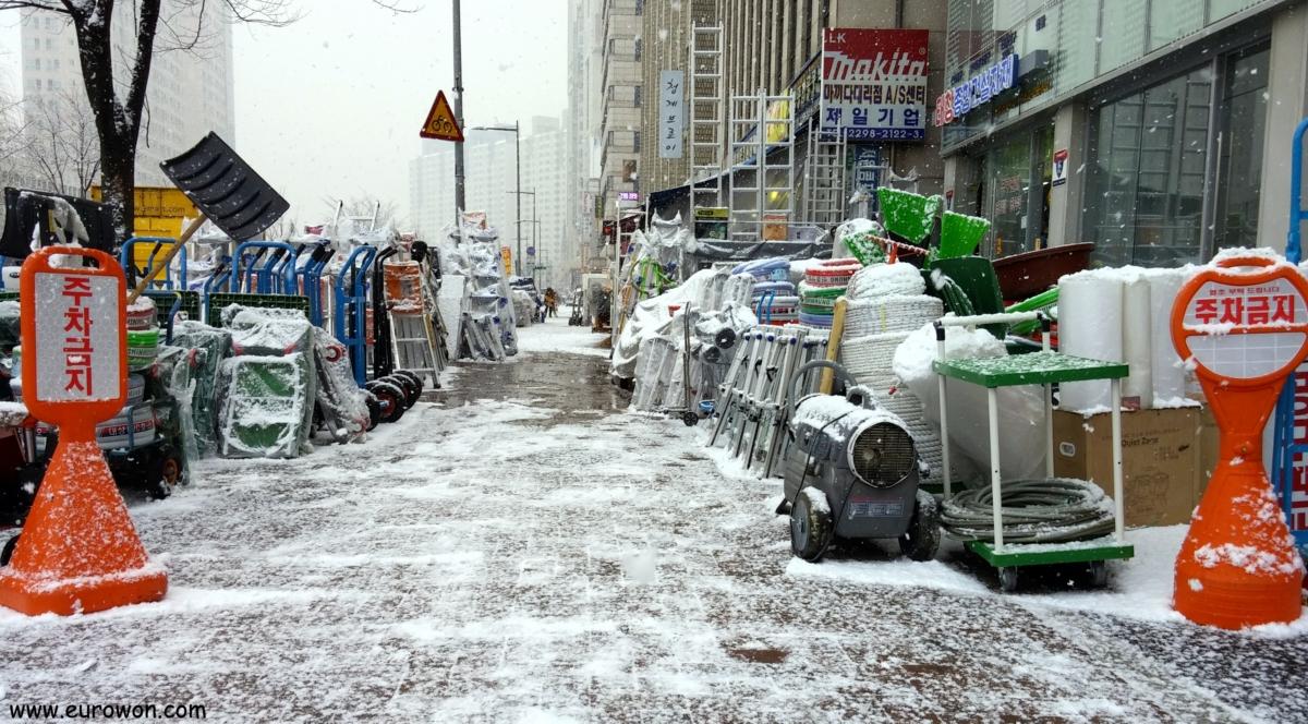 Calle de Seúl cubierta de nieva tras una nevada