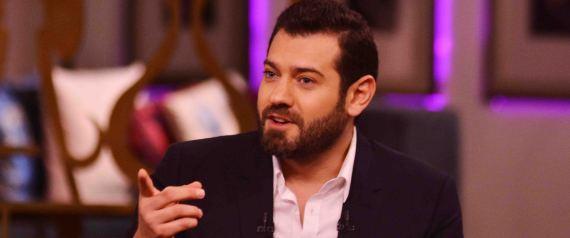 """قال عمرو يوسف في الفيديو المنشور على صفحته الشخصية على فيسبوك، إنه استيقظ من النوم متفاجئاً بهذا الخبر، ووصفه بـ""""البايخ""""، و""""الغريب"""".مؤكداً استغرابه من أول موقع نشر الخبر، لكونه موقعاً """"محترماً""""."""