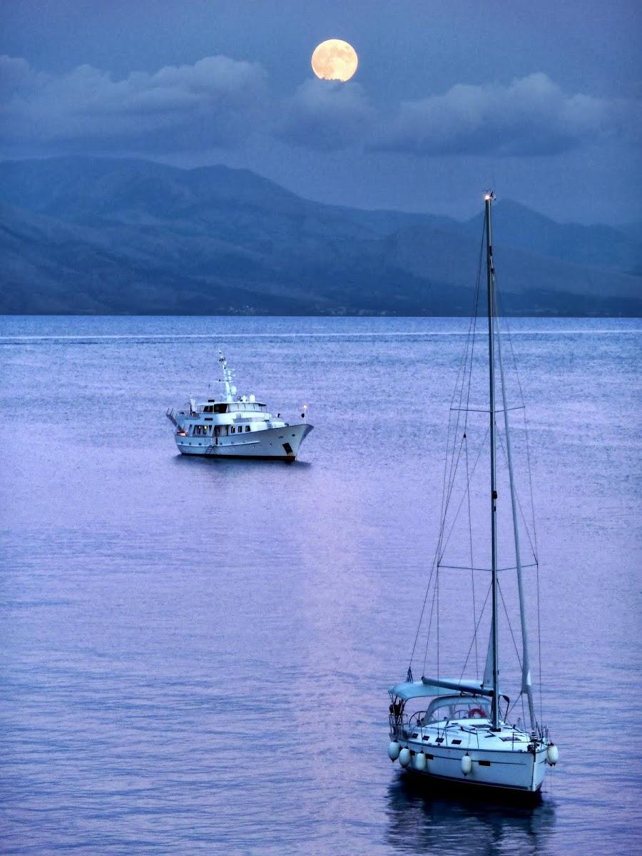 Boote im Licht des Vollmondes in Garitsa Bay (Korfu Stadt)