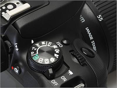 Bagian atas kamera DSLR Canon EOS 100D (Rebel SL1)