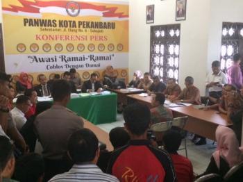 Suasana sidang sengketa di kantor sekretariat Panwas Kota Pekanbaru, beberapa hari yang lalu