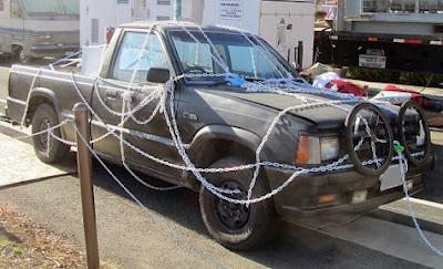 coche asegurado con cadenas