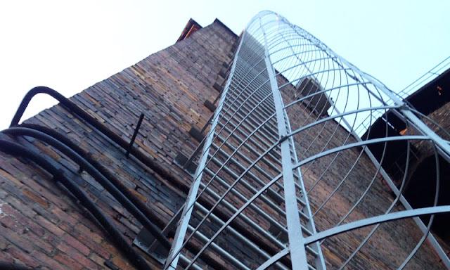 В Стерлитамаке ребёнок упал с лестницы на металлический штырь