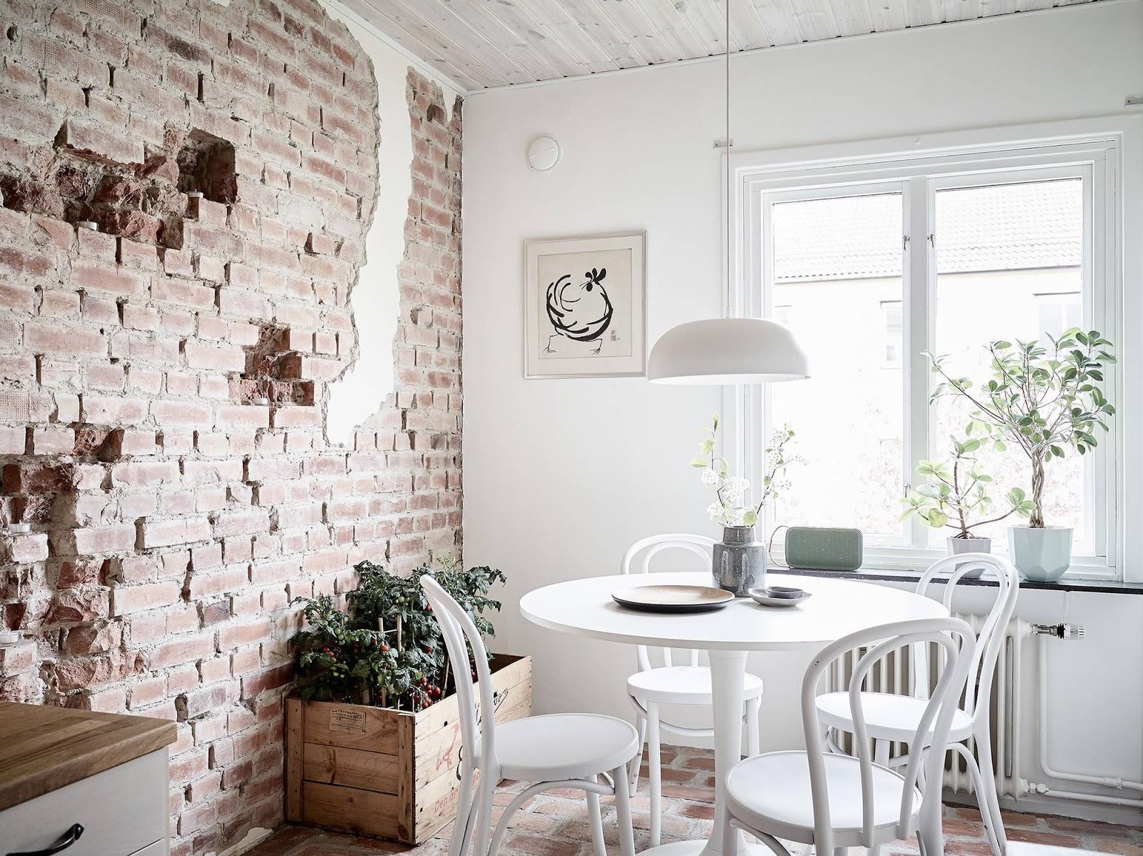 Cucina con mattoni a vista e dettagli architettonici ...