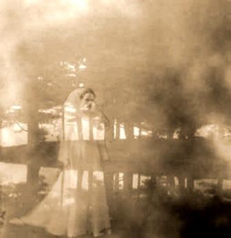 Imagen de la Llorona entre la neblina