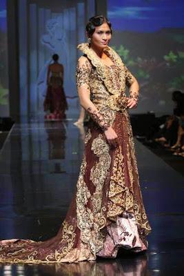Model Gaun Kebaya Kerah dan Long Tail