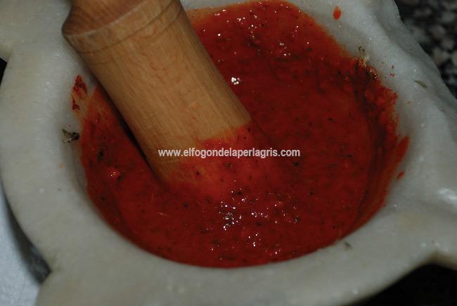 Añadir el pimentón, vinagre y agua