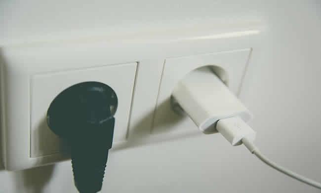 Desligando aparelhos da tomada para consumir menos energia