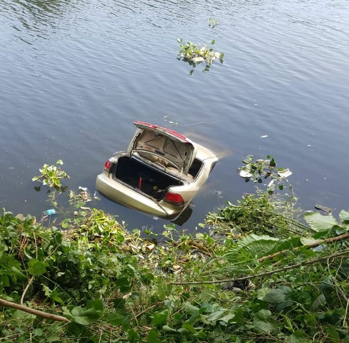 Salió ileso tras caer en su vehículo al río Ozama